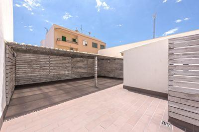 Dieses renovierte Penthouse mit Terrassen befindet sich in Son Cotoner  Palma de Mallorca  Die Lage ist ruhig mit wenig Durchgangsverkehr