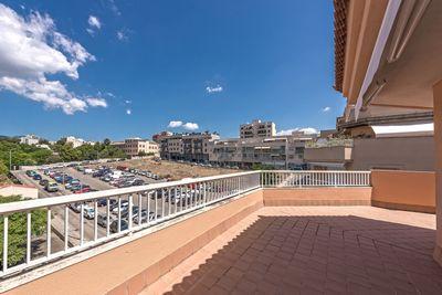 Bei diesem Objekt handelt es sich um ein Penthouse in einer gepflegten Apartmentanlage im Stadtteil Son Espanyolet in Palma de Mallorca      Die ca