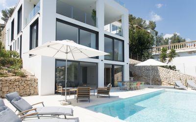 Diese exclusive Neubau-Villa hat einen beeindruckenden Meerblick und befindet sich in der begehrten Wohngegend Costa den Blanes  nur eine kurze Fahrt vom