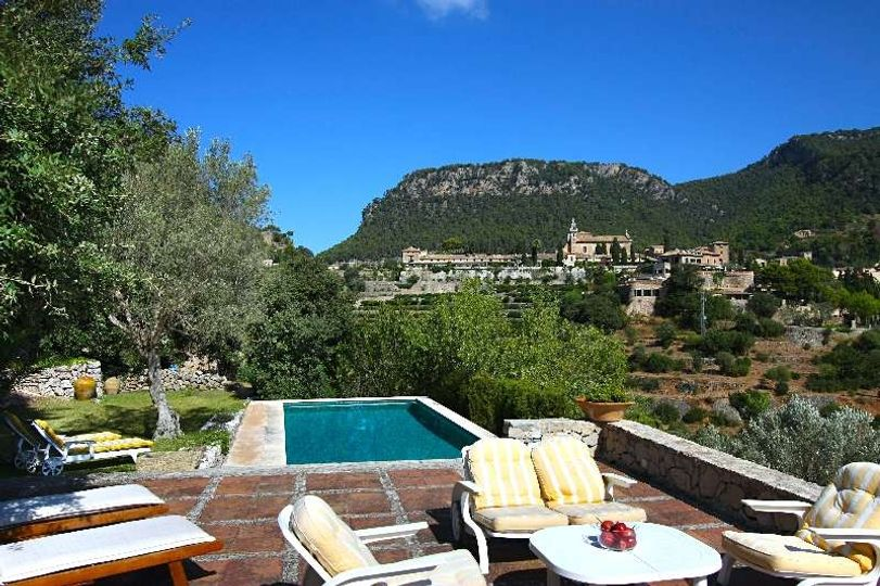 This charming stone house is located in a quiet part of the picturesque village of Valldemossa