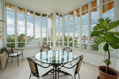 Diese wunderschone Erdgeschoss-Wohnung befindet sich in ruhiger und beliebter Lage von Bonanova-Palma     Die ca