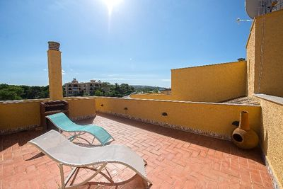 Close to Port Adriano and the centre of Santa Ponsa this holiday home is situated in the front-line community Ambassador Park