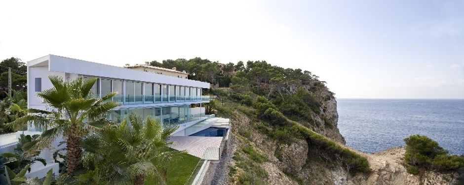This exceptional property is built to the highest demands! The Villa is designed entirely in white and is located right next to the sea