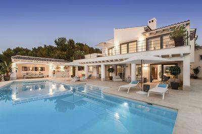 Diese exklusive Villa mit Blick auf den Golfplatz von Santa Ponsa steht nun zum Erstbezug bereit  Insgesamt befinden sich 6 Schlafzimmer und 5 Bader im Haus