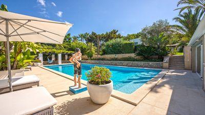 Diese wunderschone  gepflegte Villa direkt am Golfplatz von Santa Ponsa wartet darauf den Traum seines neuen Eigentumers zu erfullen