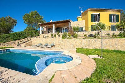 In der ruhigen  exklusiven Residenz Casa 3 mit nur 6 Hausern in Costa de la Calma befindet sich diese moderne Villa mit viel Sonnenlicht
