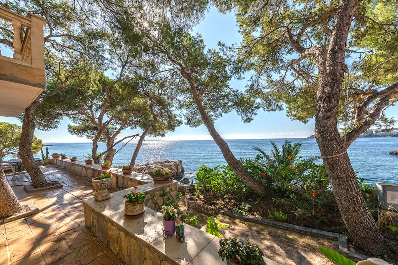Are you dreaming of a property in front line, enjoying yourself with friends and family on the terrace having your boat just at your feet? This Mediterranean