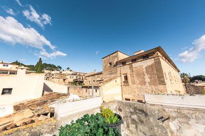 Traditionelles  renovierungsbedurftiges Stadthaus mit groser Dachterrasse in der Altstadt von Pollensa  Mallorca    Das Haus befindet sich in bester Lage an der
