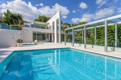 Diese innovative Designer Villa in Top-Lage wurde komplett in Stahlbeton nach hochsten Standards erbaut und kombiniert Exklusivitat  Spitzentechnologie und