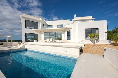 Diese neu gebaute  moderne Villa mit Sudausrichtung und Panoramablick uber Meer und Berge  befindet sich in einer der gefragtesten Gegenden im Sudwesten der