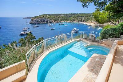 Diese wunderschone Villa in erster Meereslinie wurde 2003 erbaut und bietet einen fantastischen Blick auf die Bucht von Portals Vells  auch bekannt als die