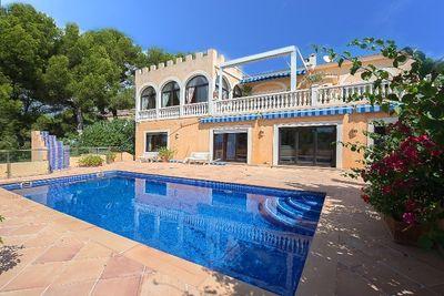 Diese mediterrane Meerblick Villa in Portals Nous bietet einen grosszugigen Wohnraum von 411m² Wohnflache  der auf 2 Etagen aufgeteilt ist  und der sich