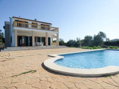 Diese wunderschone Villa mit fantastischem Blick auf die umliegende Landschaft und die Tramuntana Berge liegt in der Nahe von Binissalem  Mallorca