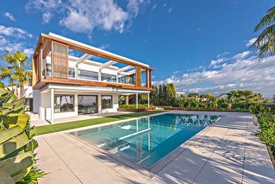 Diese moderne Neubau-Villa mit Meerblick in Sol de Mallorca beeindruckt mit einem grandiosen Design  das Kauferherzen hoher schlagen lasst