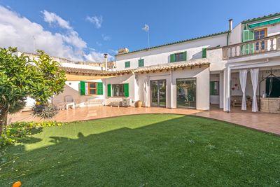 Dieses geraumige Stadthaus liegt im Zentrum der ruhigen und beliebten Stadt Santa Maria del Cami  Mallorca  in der Nahe aller Restaurants  Cafes und Geschafte