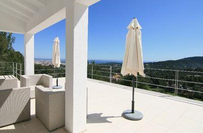 Bei diesem Objekt handelt es sich um eine neuwertige moderne Villa mit atemberaubendem Panoramablick uber die Bucht von Palma bis hin zur Stadt