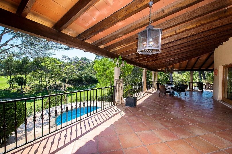 This wonderful villa with lots of privacy is located in the sought after location of Son Vida, Palma de Mallorca.   The distribution of the approx