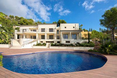 Schone Villa in Son Vida mit vielen Unterhaltungsmoglichkeiten     Diese exklusive Villa bietet einen Wohnbereich mit zwei Schlafzimmern und Badezimmer en-suit