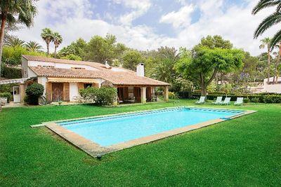 Bei diesem Objekt handelt es sich um eine Villa im mediterranen Stil in einer exklusiven Wohngegend in Son Vida
