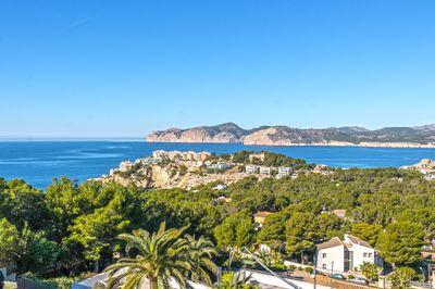 Die Wohnanlage mit einer der schonsten Aussichten auf die Umgebung  das Meer und die einzigartige Kuste des Sudwesten Mallorcas finden Sie in