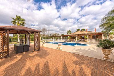Dieses charmante Anwesen befindet sich in hervorragendem Zustand in Son Ferriol  in einer sehr ruhigen Umgebung mit absoluter Privatsphare  nur 10 Minuten von