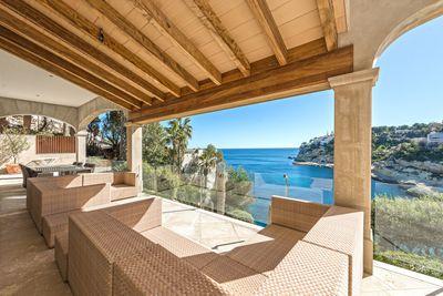 Planen Sie  auf Mallorca Resident zu werden oder suchen Sie nach einem Zuhause in erster Meereslinie fur Ihre Sommerferien? Dieses attraktive villa mit