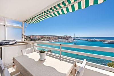 Ein Panorama Meerblick  fuslaufig zu einem schonen Sandstrand  mediterrane Restaurants und Bars in unmittelbarer Nahe  exklusive Luxusyachten von der Terrase