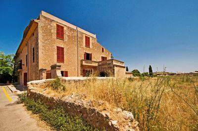 Dieses Jugendstil-Patrizierhaus liegt in Santa Maria  Mallorca  Ins Dorfzentrum lauft man wenige Minuten  und Palma ist ca  16 km entfernt