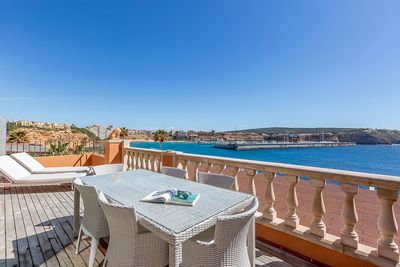 Direkt beim Betreten der Wohnung bietet sich Ihnen ein atemberaubender Meerblick bis auf den Hafen Port Adriano