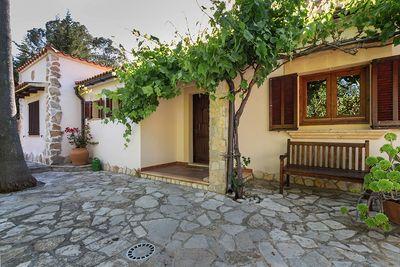 Diese charmante Villa befindet sich in einer ruhigen Strasse auf einem 600 m2 grossen Grundstuck