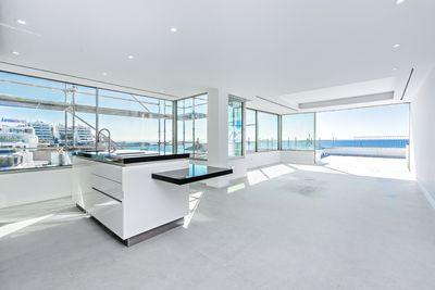 Dieses in 2019 kernsanierte und Designer Apartment besticht durch seine licht-durchfluteten Raume  sowie seine hochwertigen Materialien und das ansprechende