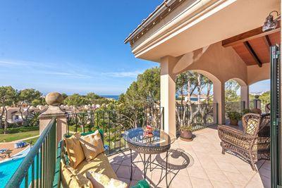 Dieses Meerblick-Penthouse befindet sich in der beliebten Wohnanlage Greenpark in Nova Santa Ponsa  unweit von dem modernen Yachthafen Port Adriano
