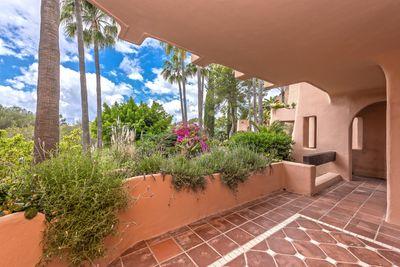 Dieses hochwertig sanierte Erdgeschossapartment befindet sich in der exklusiven Wohnresidenz Los Pampanos und besticht durch die perfekte Kombination zwischen