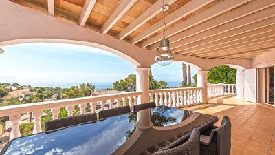 Diese mediterrane Villa in Costa d en Blanes verfugt uber einen fantastischen Meerblick sowie eine Lizenz zur Ferienvermietung