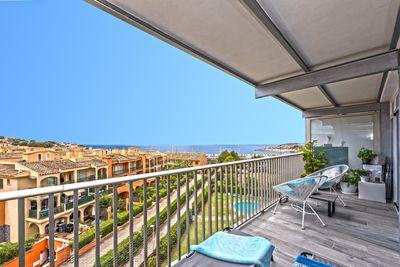 Diese hochwertig kernsanierte Meerblick-Designer-Wohnung befindet sich gegenuber des modernen Yachthafen Port Adriano in El Toro  Auf einer Wohnflache von ca