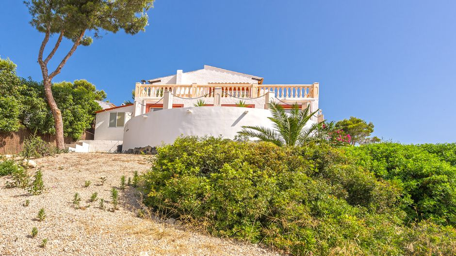 This sunny, detached single family house is located in a quiet area of Costa de la Calma and offers a fantastic all-round landscape view