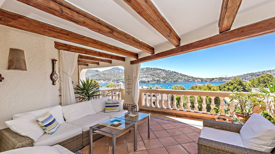 This bright Mediterranean style corner apartment with light from three sides as well as plenty of sun in the winter on the terrace and in the apartment offers