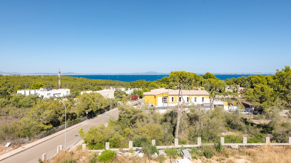 This extraordinary luxury villa is situated in sought after Sol de Mallorca and offers fabulous sea views from the first floor. The property sits on a 2