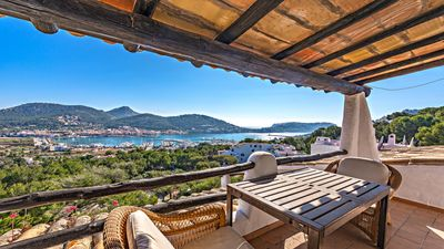 Dieses gemutliche Penthouse im mediterranen Stil bietet einen spektakularen Blick auf das Meer und den Hafen in Port Andratx