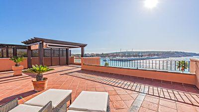 Dieses aussergewohnliche Apartment in Sudlage befindet sich in erster Meereslinie in Nova Santa Ponsa und bietet einen wunderschonen Ausblick uber den Port