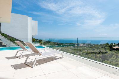 Diese Villa steht auf einem flachen Grundstuck von 1007 5 m2 und ist auf zwei Level aufgeteilt  wobei der Eingang zum Haus vom oberen Level zu erreichen ist