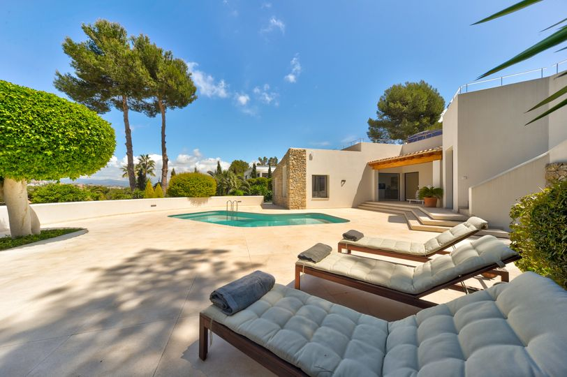 This impressive luxury villa is located in a peaceful area of Santa Ponsa and surrounded by nature
