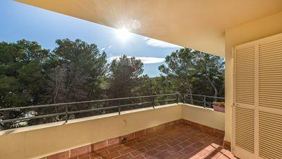 Dieses Apartment befindet sich in erhohter Lage unweit des Strandes und des Ortskerns von Santa Ponsa mit seinen kleinen Geschaften  Restaurants und belebter