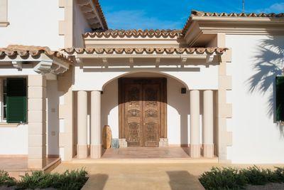 Diese gepflegte und im mediterranen Stil erbaute Villa befindet sich in dem schonen Wohngebiet von Nova Santa Ponca
