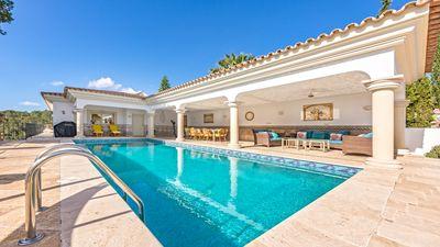Diese charmante Villa mit Meerblick liegt in der begehrten Nachbarschaft von Costa d'en Blanes und bietet dank der angrenzenden Grunzone ein hohes Mas an