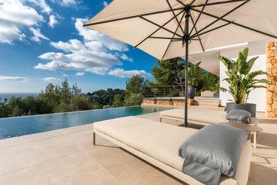 Bei diesem Objekt handelt es sich um eine sehr schone Neubau Villa mit Pool (37m²) und Meerblick in   Genova  Palma de Mallorca  Die Lage ist ruhig