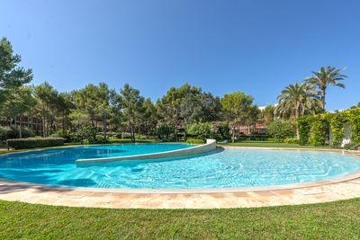 Dieses schone Penthouse befindet sich in einer neuen Luxusanlage in Bendinat  nahe bei Stranden und dem Einkaufszentrum  sowie nur eine kurze Fahrt von Palma