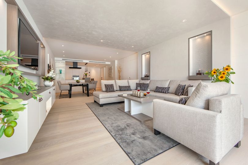 The high-end apartment impresses with perfect harmony with the highest quality standards, as well as with the latest technical standards, such as a home