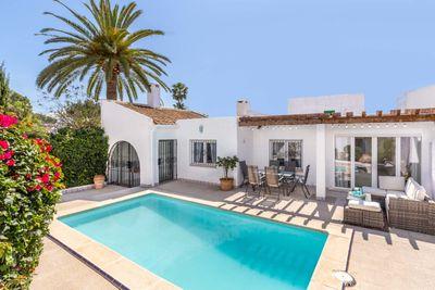 Dieses charmante Haus in einer kleinen Residenz in Sol de Mallorca ist im Ibiza-Stil mit Bogen und Elementen von abgerundeter Architektur gebaut  was eine sehr
