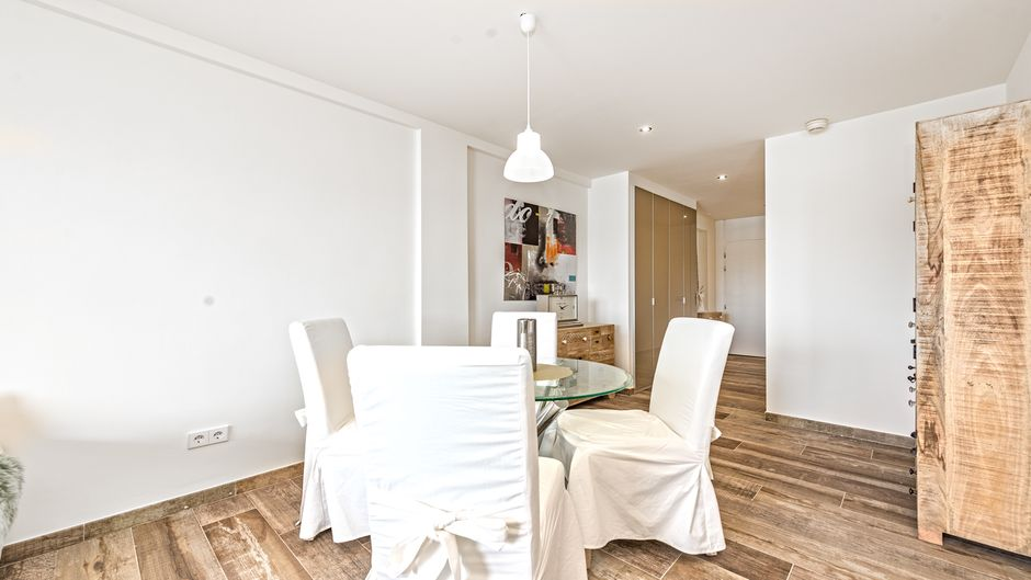 This first line apartment with southwest orientation in Palmanova has been completely renovated and offers 2 bedrooms, 1 bathroom, a fully equipped, open